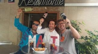 En el Bar Mavi, entregando el premio de #6MesosTrescantJunts